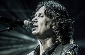 Singer-songwriter Saul Hernandez continues his solo career although he might, here and there, embark on projects with Caifanes and Jaguares.