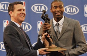 Jamal Crawford accepting his trophy from Kia Vice President Tim Chaney. (Krystyn Bristol/Living Out Loud LA)