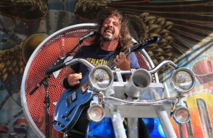 Foo Fighters frontman Dave Grohl sent the Love Ride crowd into a frenzy with his motorcycle throne. (David Tobin/LOL-LA)