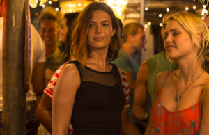 Lisa (Mandy Moore) lets loose with her sister Kate (Claire Holt) while on vacation in Mexico in 47 Meters Down.